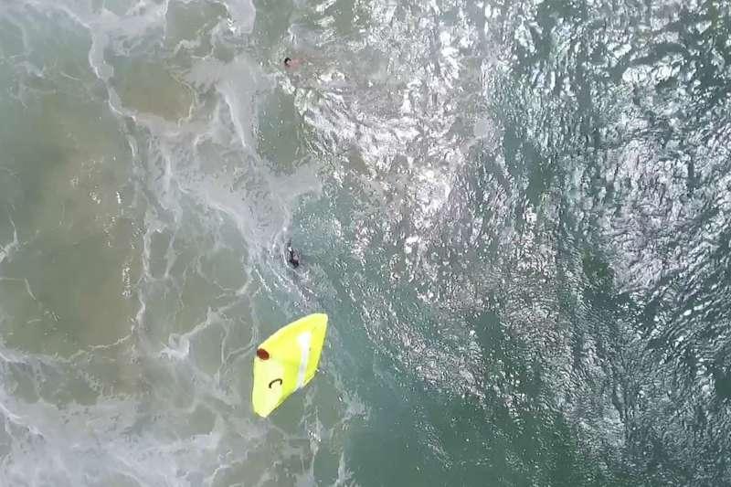 2017年1月18日,一架無人機在澳洲完成世界首例無人機大海救援任務,成功營救兩名受困巨浪的少年(AP)