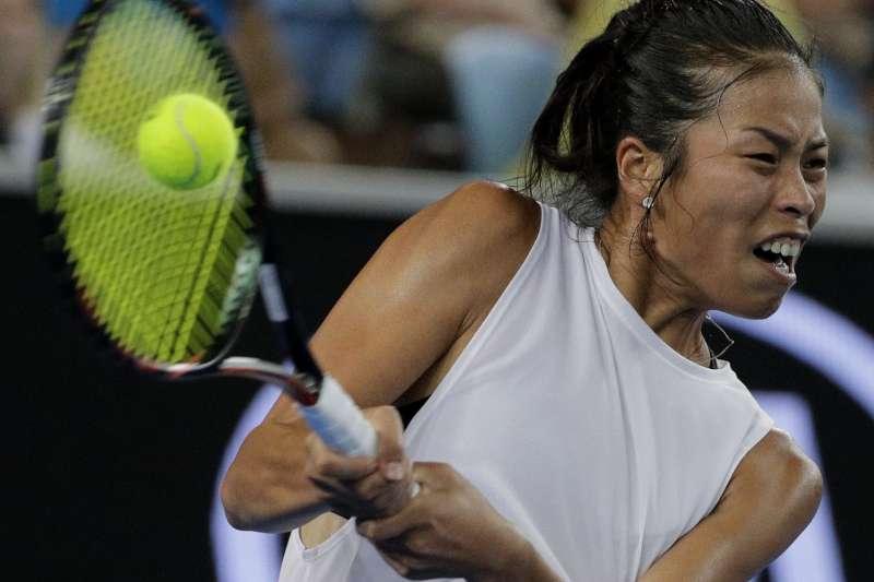 2018年1月20日,台灣網球好手謝淑薇在澳網女單賽事,以直落二擊敗波蘭名將拉德旺絲卡。(AP)
