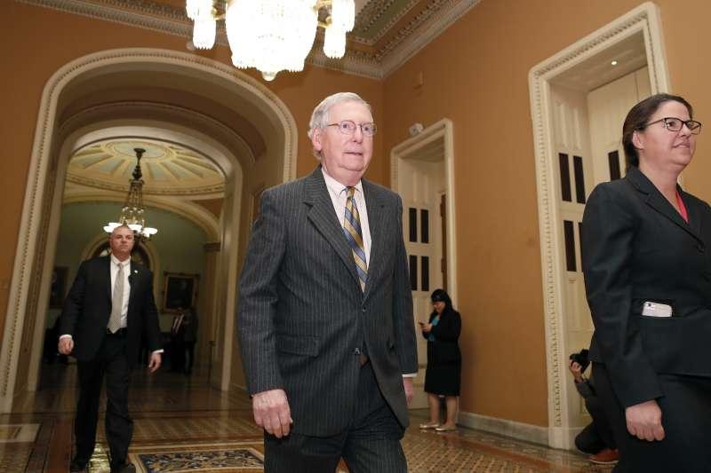 預算案卡在參議院,美國聯邦政府關門。圖為共和黨參議院多數領袖麥康奈爾。(美聯社)