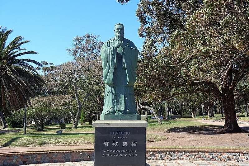 烏拉圭的孔子像是台灣雕塑家陳一帆的作品。(維基百科)