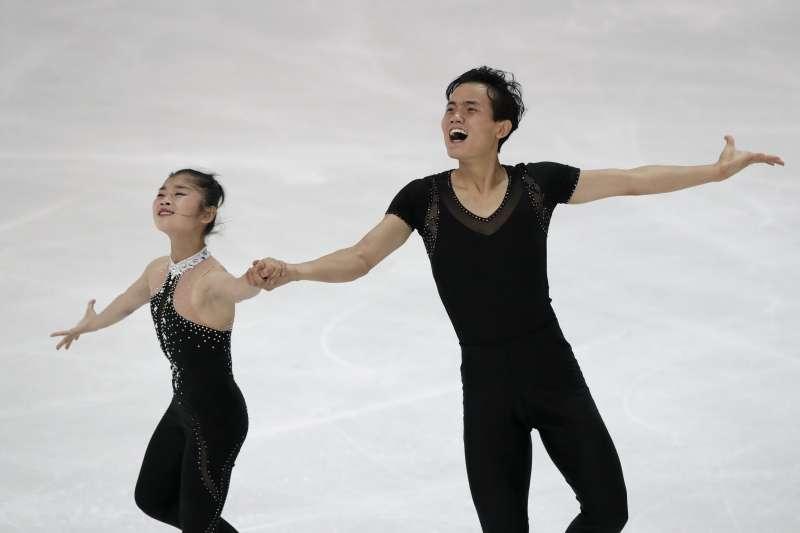代表北韓參加平昌冬奧的花式滑冰搭檔廉太鈺(Ryom Tae Ok)與金柱植(Kim Ju Sik)(AP)