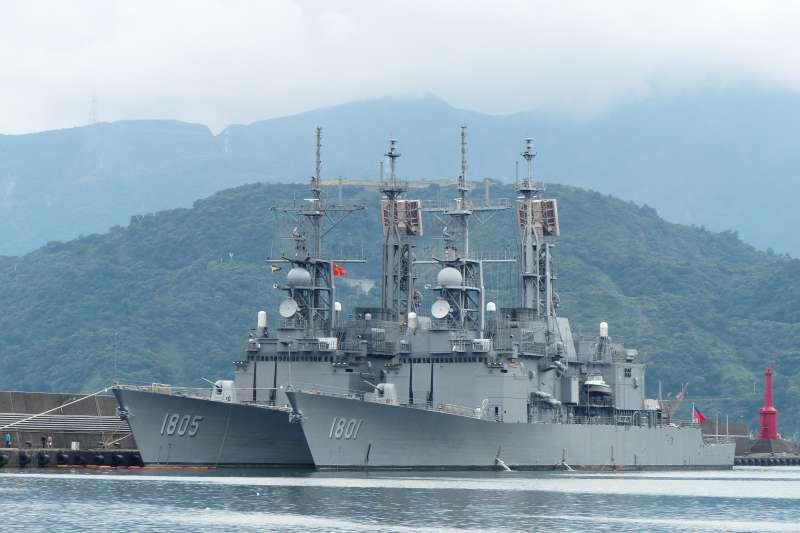 海軍基隆級驅逐艦(紀德艦)「基隆號」(右)與「馬公號」,停泊於蘇澳港(玄史生@Wikipedia / CC BY-SA 3.0)