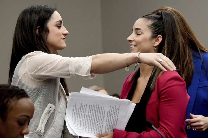 美國女子體操隊前任隊醫納薩爾為性侵獸行受審,兩位受害人芮斯曼(左)與韋伯相互打氣(AP)