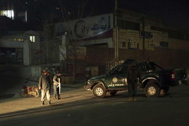 2018年1月20日晚間,4名槍手襲擊阿富汗首都喀布爾地標「洲際大飯店」,挾持人質並與安全部隊交火(AP)