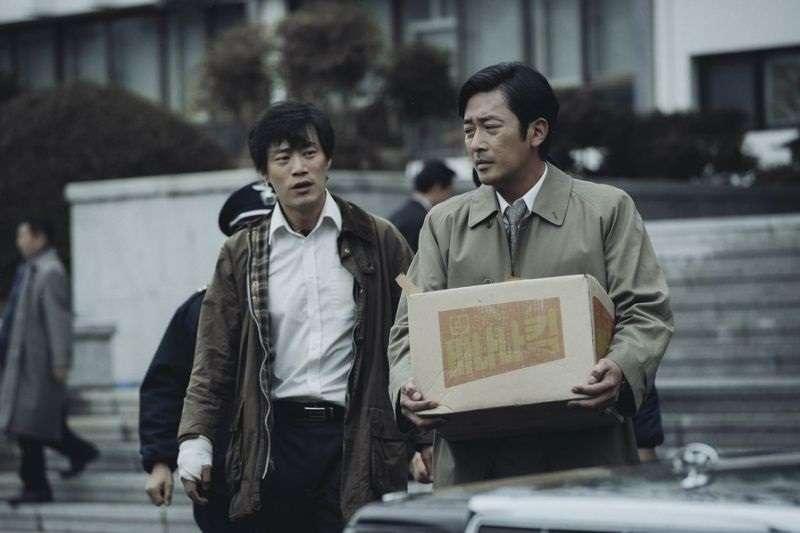 《1987》描述了在當年軍事政權全斗煥時代,一個首爾大學生朴鍾哲如何受到南營洞(匪諜偵查處)特務機關的刑求、逼供意外致死的案件。