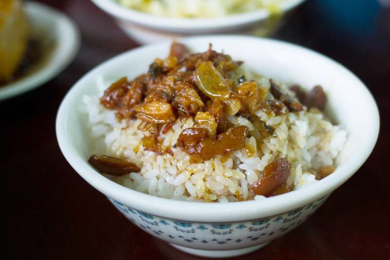 只要將滷肉醬淋上白飯,就能搖身一變為人間美味,滷肉飯絕對是台灣人引以為傲的智慧!(圖/LWYang@Flickr)