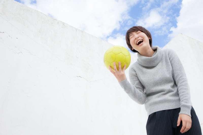 大笑或者大哭都能紓解心中的壓力,不過究竟哪個更有效呢?(示意圖/pakutaso)