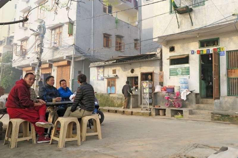 清晨,正在德里西藏小村等待早餐的餐館顧客們。(圖/作者提供)