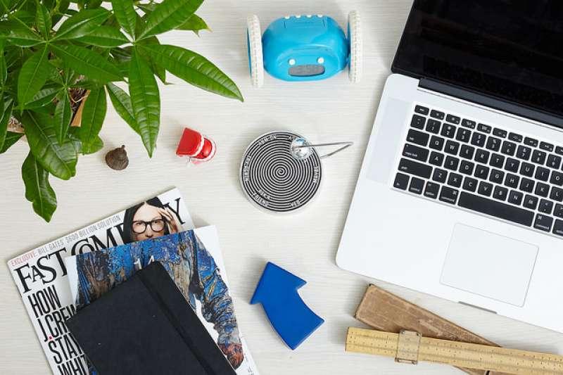 老是覺得自己工作效率不彰嗎?有可能是桌面太亂了!保持桌面的清爽也有助於維持思緒的清晰!(圖/ProFlowers@flickr)