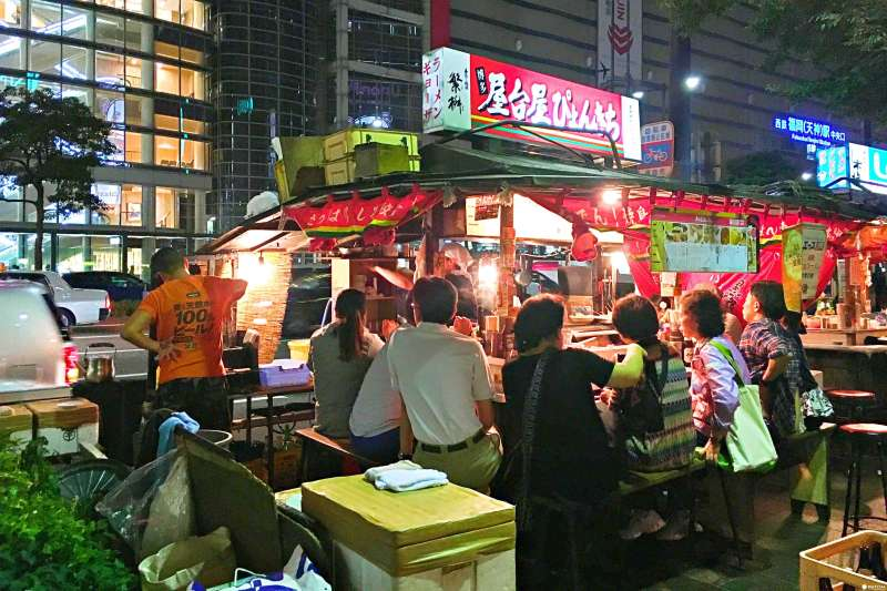 福岡的屋台並不是移動販賣車,而是由長桌圍著主廚點餐的木造屋台車,是來福岡必吃必體驗的飲食之一!(圖/MATCHA提供)
