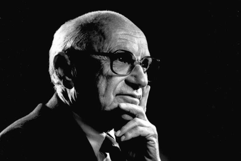 米爾頓,傅瑞曼〔Milton Friedman〕發表「貨幣政策的關鍵角色」主導往後數十年國際總經實證研究與貨幣政策。(Wikimedia)