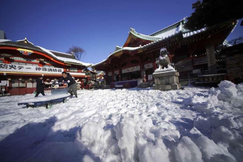 大雪過後的東京神田神社一景。(美聯社)