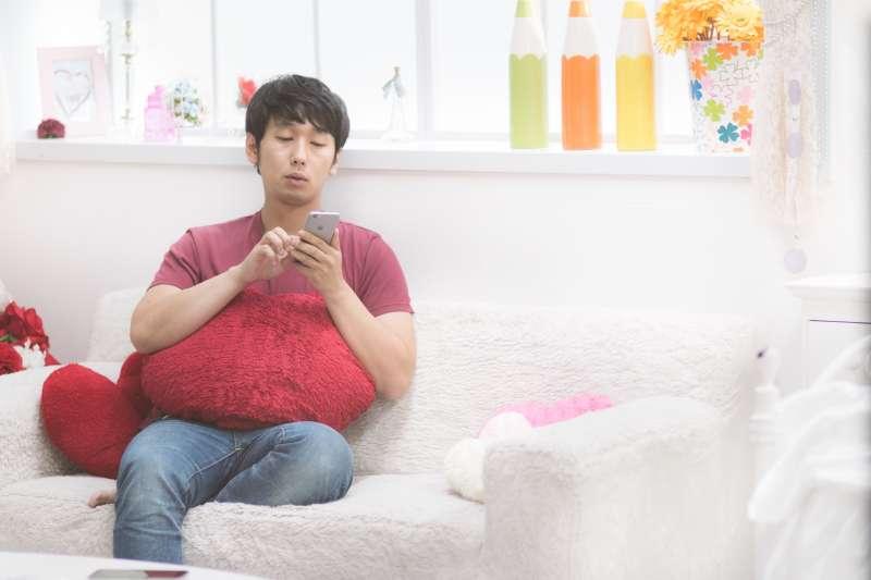 台大醫院醫師梁蕙雯說,拿手機沒有完美姿勢,唯有少用才能減害。(圖/pakutaso)