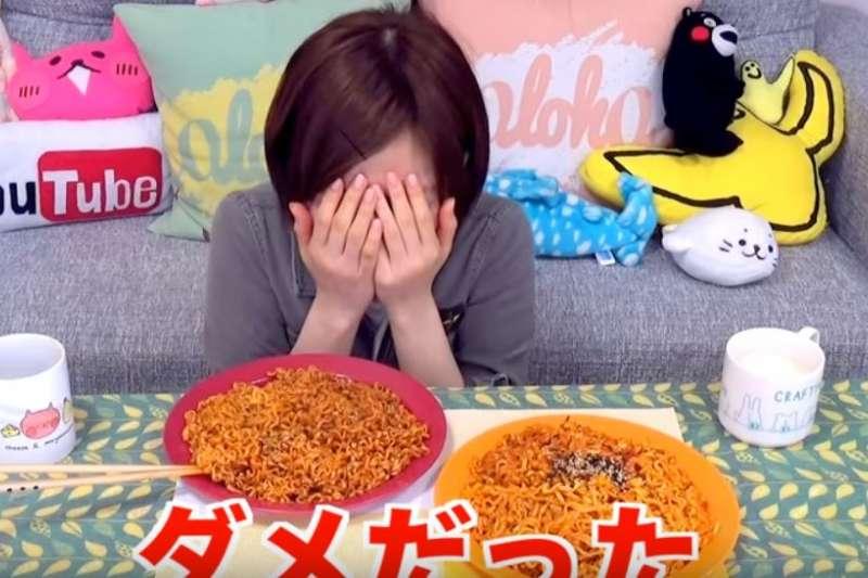 日本網紅試吃韓國辣雞麵。(截圖自木下佑香YouTube)