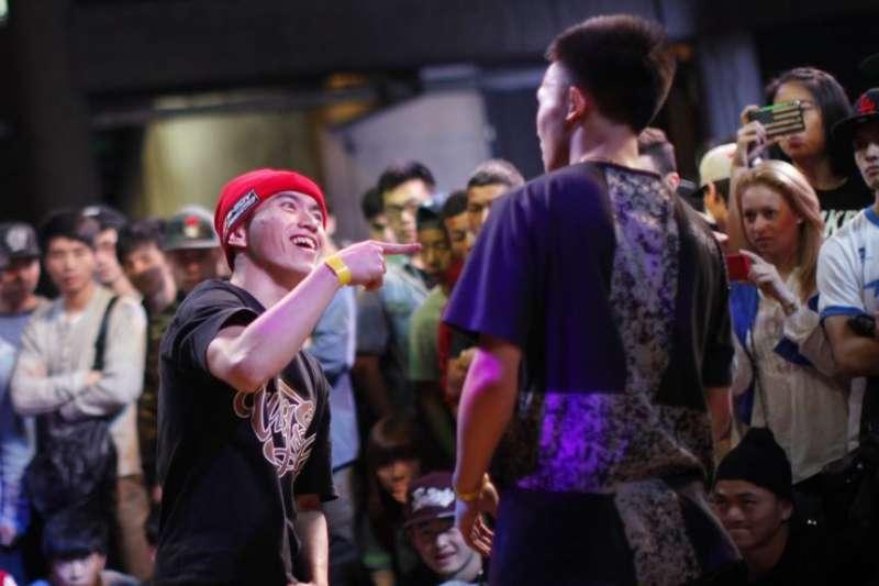 在2013年上海B-BOY霹靂舞比賽中,一位舞者表演。這項年度性比賽被認為是中國最重要的嘻哈音樂節,來自世界各地的舞蹈隊參加。(美國之音)