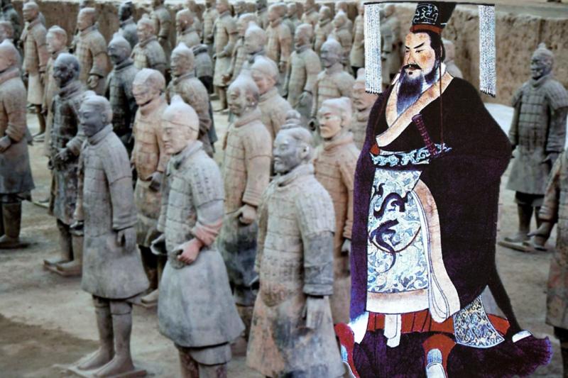 司馬遷曾經寫下,埋葬秦始皇的地宮中,有水銀做的江河大海。而近年,中國考古隊竟靠一棵樹找到秦始皇陵的大略位置,甚至發現土層汞含量異常。(圖/維基百科)