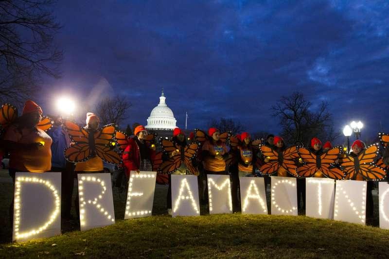支持逐夢者計畫的民眾在國會山莊外抗議。(美聯社)