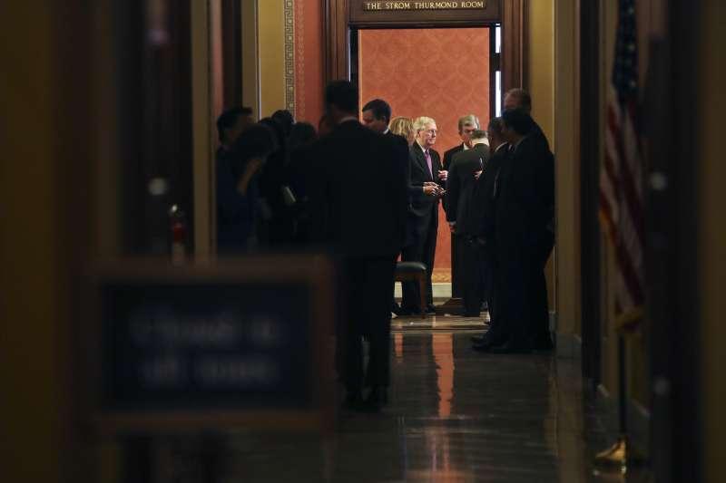 民主黨與共和黨在參議院協商三日,終於將《臨時開支法案》送出國會。(美聯社)
