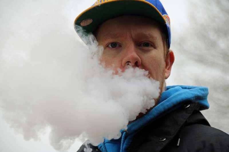 美國國家科學、工程與醫學學院的最新報告指出,電子菸含有尼古丁會造成吸食者上癮,使用電子菸的青少年日後吸菸的比例也會大幅提高。電子菸雖不含焦油,但仍有其他致癌化學物質。(Kdsphotos@Pixabay)
