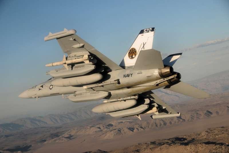 EA-18G(Growler)咆嘯者電戰機。EA-18G為以F/A-18F「超級大黃蜂」戰鬥機為基礎所開發的先進電戰機,曾在紅旗演習中「擊落」美軍王牌F-22A「猛禽」戰鬥機。(取自wiki)