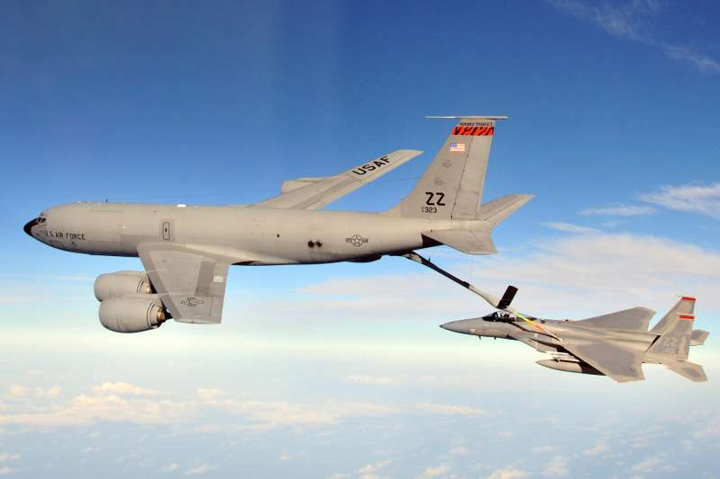 KC-135R「同溫層加油機」(Stratotanker)及接受加油的F-15C「鷹式」(Eagle)戰鬥機。(取自wiki)
