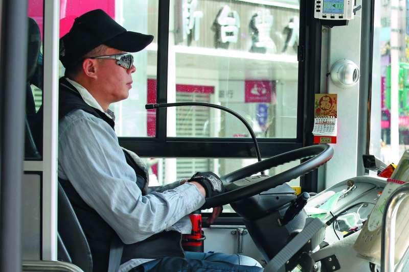 為了增加收入,市區公車司機往往過勞排班。(郭晉瑋攝)