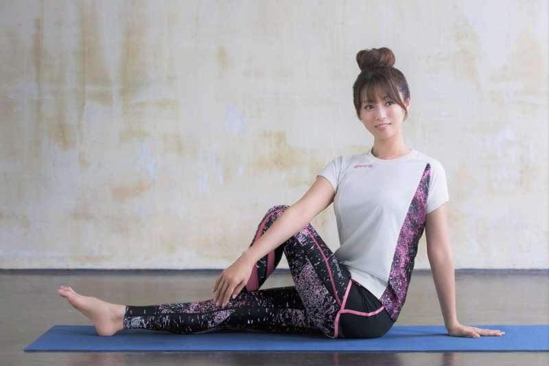 許多辦公室久坐的女性,都喜歡趁下班時間去做瑜珈。而熱瑜珈能流汗,更讓人感覺有排毒的效果。但事實真的是這樣嗎?專家的研究結果出乎意料...(圖/wowow@facebook)