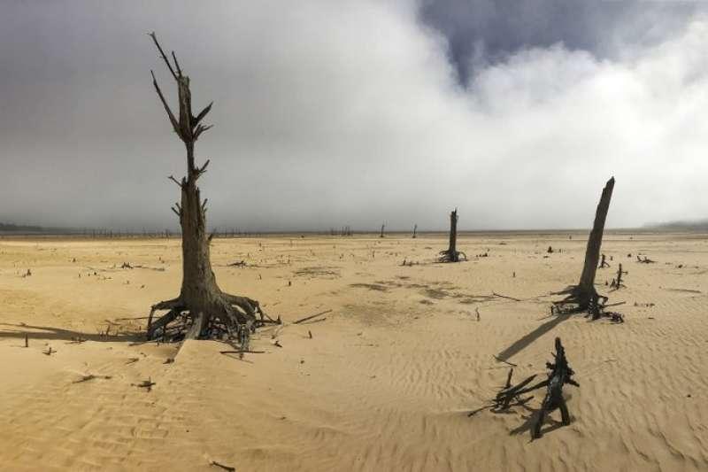 南非西南角的開普敦市,陷入百年來最嚴重的乾旱困境。(美聯社)