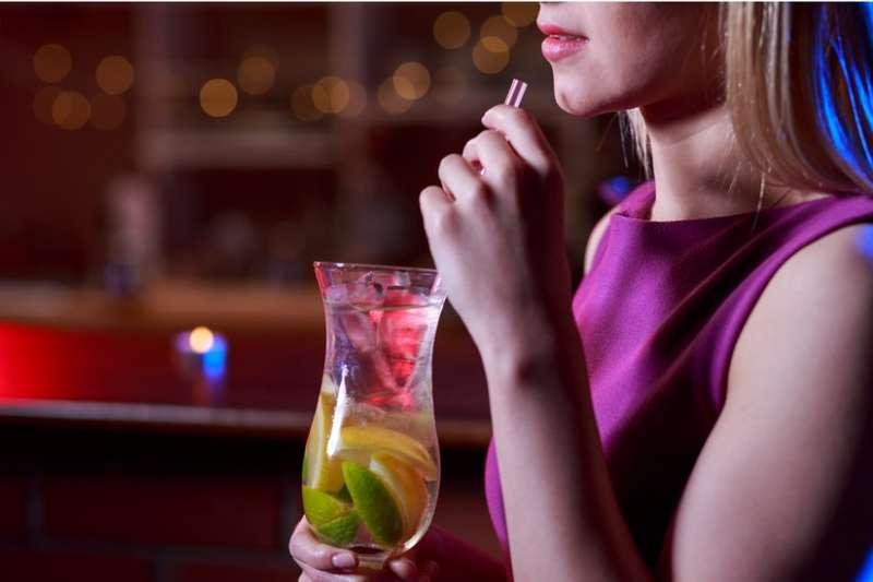 女性在酒吧遇到性騷擾該如何回應?(BBC中文網)