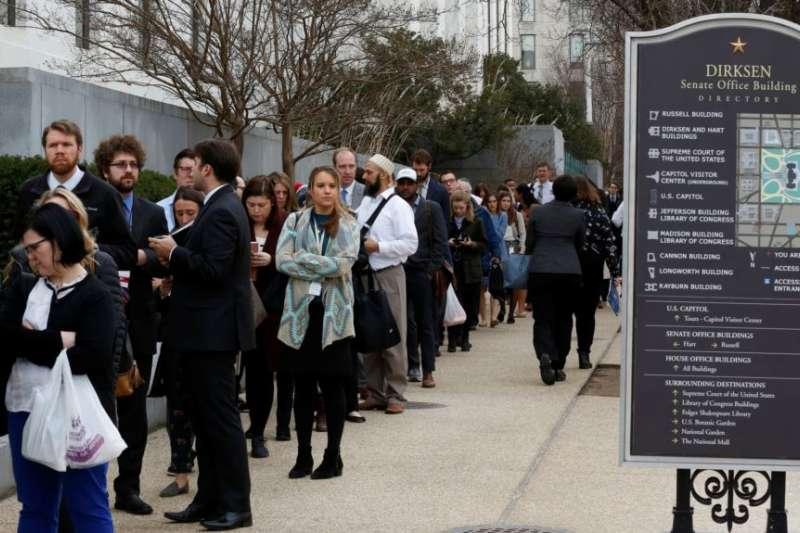 在政府關門的第三天,國會工作人員排著長隊准備進入參議院德克森辦公樓。(2018年1月22日)
