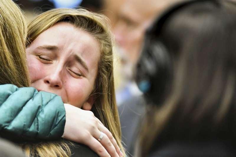 美國體操隊前醫生納薩爾因性侵少女被判175年重刑,判決出來,受害者在法庭相擁而泣。(美聯社)