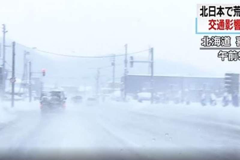 日本關東、北陸等地區近日受強烈低氣壓影響,出現風雪交加情形。(翻攝影片)