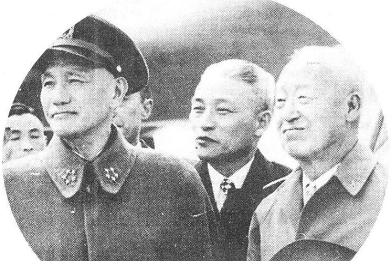 前總統蔣中正(左)與韓國總統李承晚(右),中間為時任韓國駐華大使金弘壹。(取自維基百科)