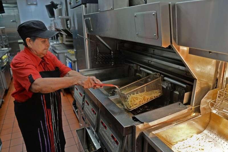 新加坡麥當勞阿嬤級員工吳月英。