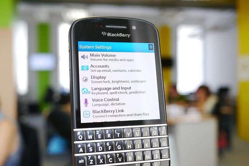 曾紅遍全球的黑莓機一度不敵市場競爭漸漸淡出,但公司並沒有放棄,反而努力轉型成功打出新的一片天!(圖/wikimedia commons)