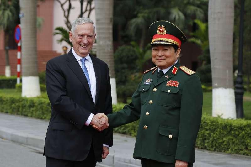 2017年1月,美國國防部長馬提斯訪問越南,會晤越南防長吳春歷(AP)