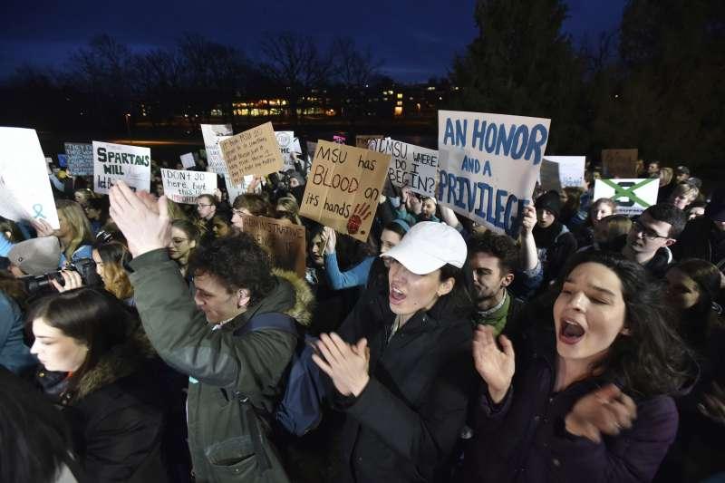 美國體操界「色魔隊醫」納薩爾性侵醜聞撼動全國,密西根州立大學的學生抗議校方對應對失當(AP)