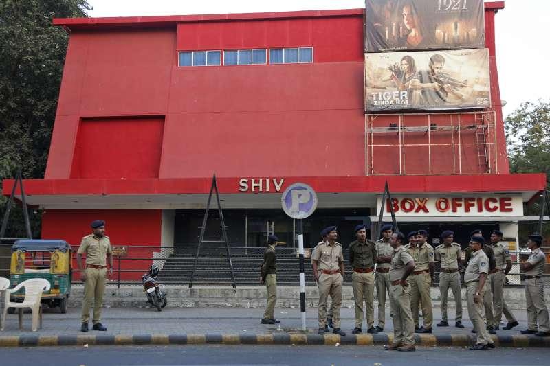 印度電影《帕德瑪瓦特》獲准上映,警方嚴正以待,以防攻擊。(美聯社)