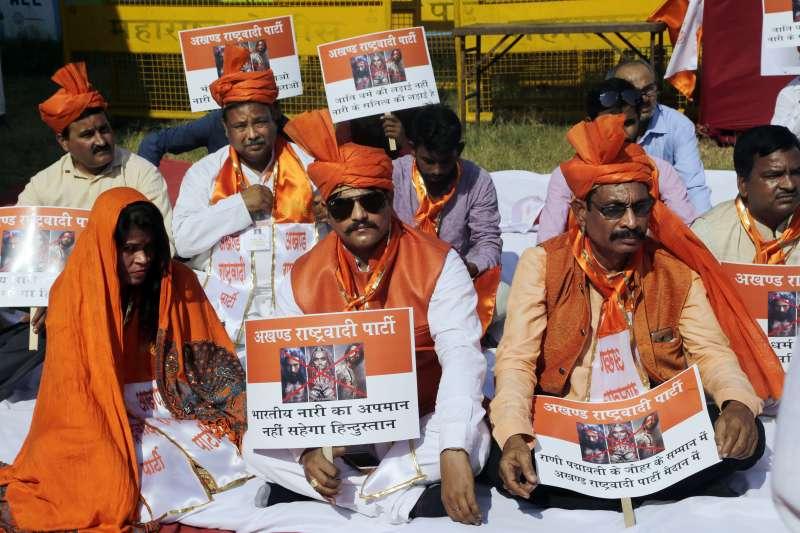 印度爭議電影《帕德瑪瓦特》獲准上映,民眾上街抗議。(美聯社)