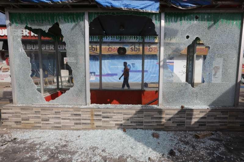 印度爭議電影《帕德瑪瓦特》獲准上映,激進份子暴動砸毀店家。 (美聯社)