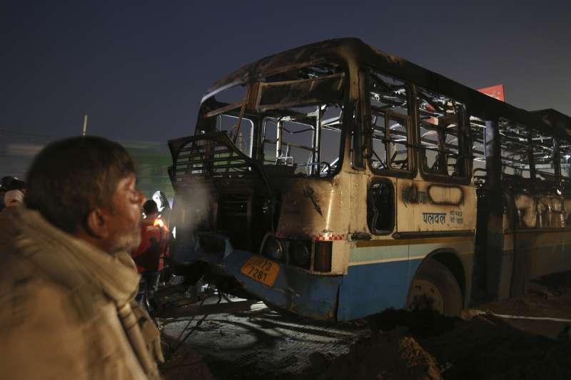 印度爭議電影《帕德瑪瓦特》獲准上映,引發激進份子暴動焚燒車輛。 (美聯社)