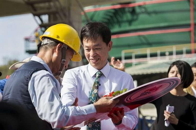 新竹市長林智堅要利用中油新竹油庫廢庫打造「竹科X基地」。圖為中油代表將油罐車鑰匙交給司機代表溫習隆,象徵傳承。(新竹市政府官網)