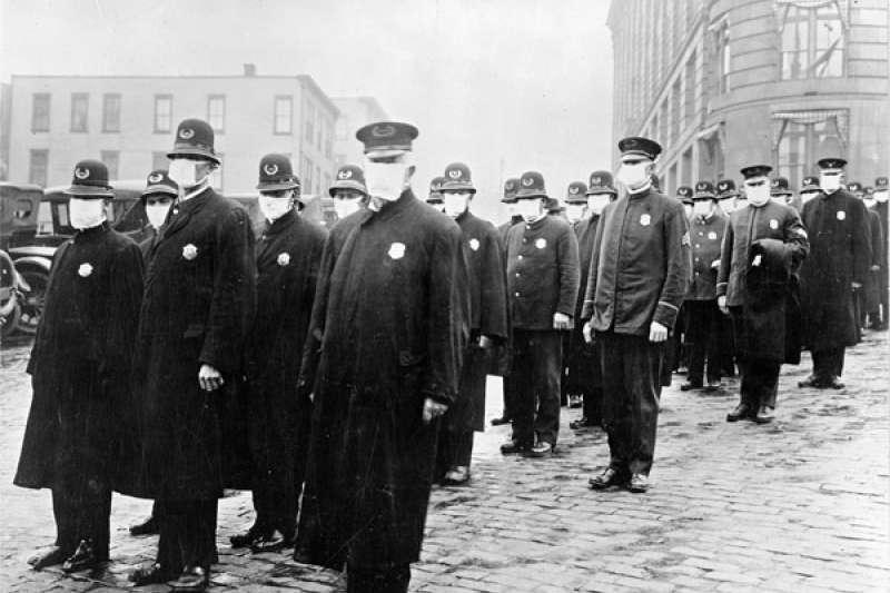1918年12月西班牙流感大爆發期間,戴口罩的西雅圖警察。(維基百科公有領域)