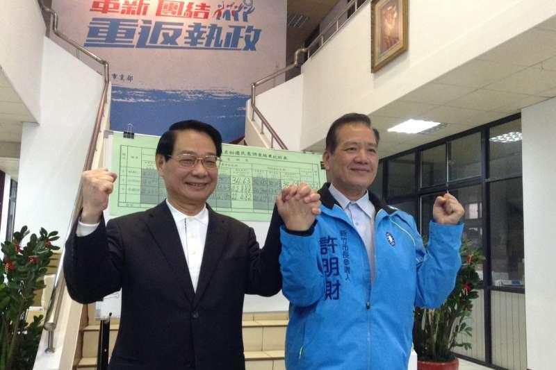 2018年1月28日,國民黨新竹市黨部市長提名民調結果出爐,由前任市長許明財(右)以42%勝出,左為市黨部主委呂學樟(國民黨新竹市黨部)
