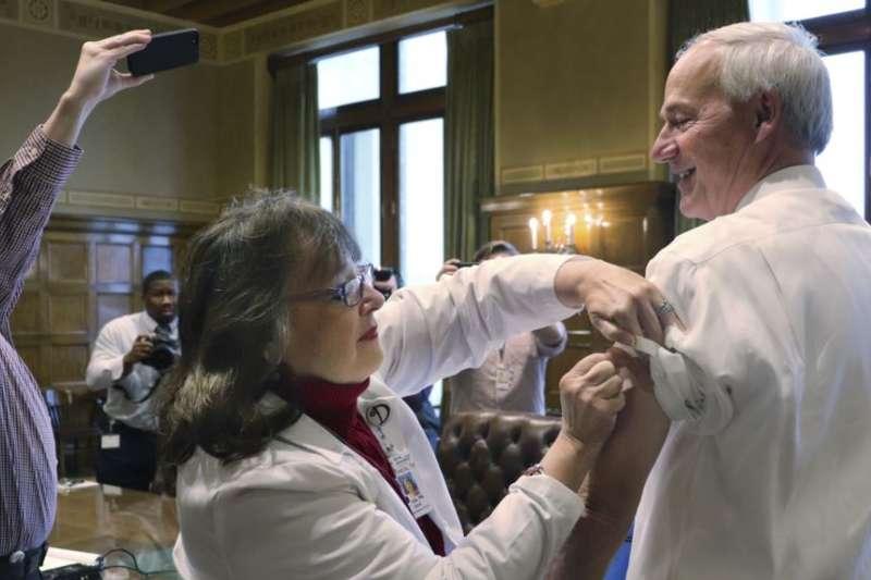 阿肯色州長哈欽森在州政府打流感預防針。(美國之音)