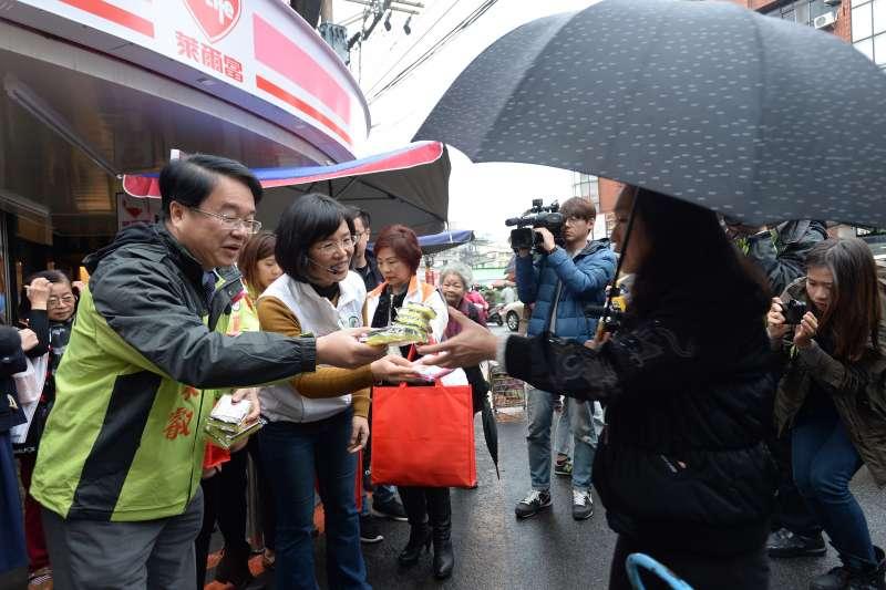 綠委蘇巧慧與吳秉叡今上午赴樹林濟安宮與保安市場,發放新春小物。(蘇巧慧辦公室)