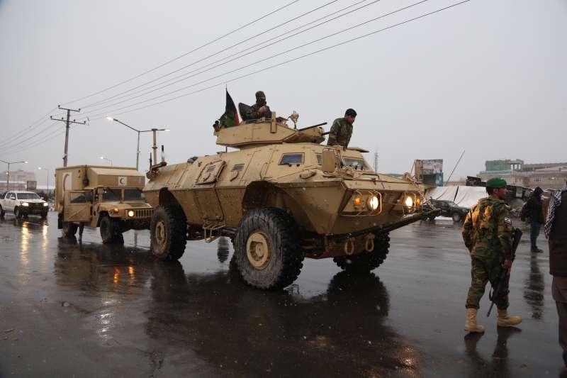 阿富汗首都喀布爾2周內接連發生3起恐攻,圖為前往國防大學的阿富汗安全部隊(AP)