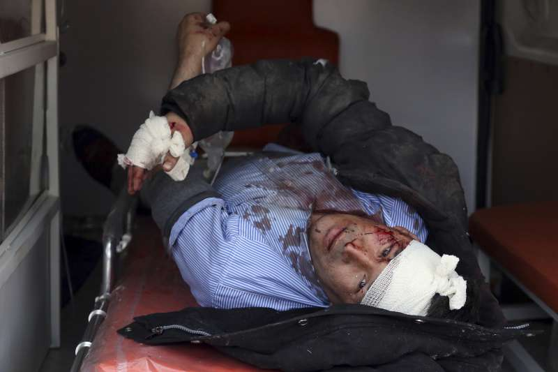 阿富汗首都喀布爾2周內接連發生3起恐攻,圖為經歷救護車恐攻的傷者(AP)
