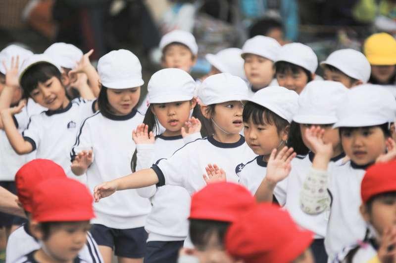 幫孩子選最好的學校、安排最好的才藝班,但是孩子的成就真能靠「父母薪水」堆出來嗎?(圖/MIKI Yoshihito@flickr)