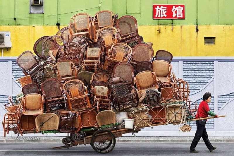 法國攝影師Alain Delorme旅居上海期間,被街頭攜帶龐大貨物的農民工所震驚,於是拍攝、創作出了這系列的作品。(圖/取自 Dezeen )